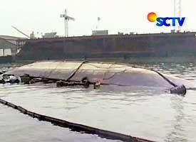 Tanker Kharisma yang terbalik di Pelabuhan Tanjungperak.
