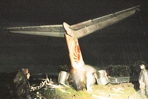 lion_air_tabrak_kuburan_solo_30_november_2004_2