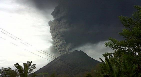 Bergemuruh, Gunung Sinabung Meletus Lagi