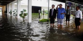 presiden-sby-pun-gulung-celana-kena-banjir-di-istana