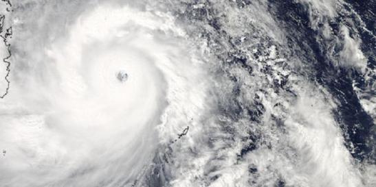 Topan haiyan saat mendekati Filipina