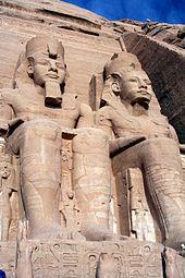 patung-ramses-ii-di-pintu-masuk-kuil-abu-simbel